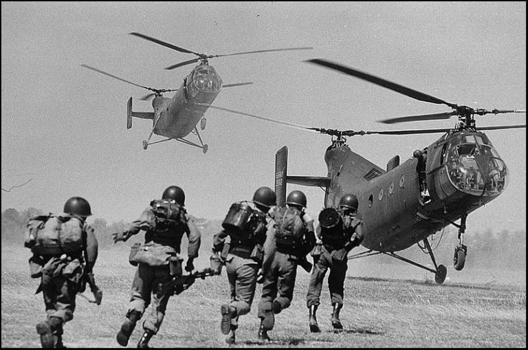 Soldiers running to a helicopter